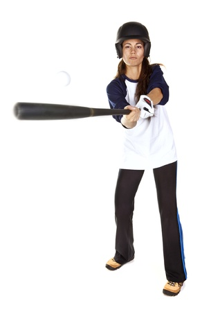女性の野球またはソフトボールの選手にボールを打つ