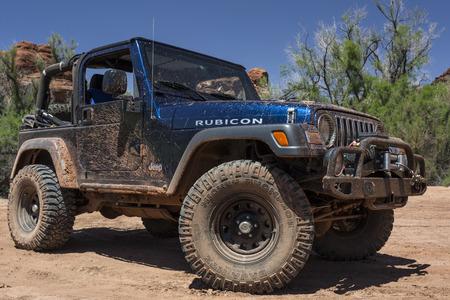 ユタ州のキャニオンランズで泥だらけのジープ