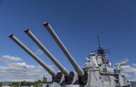 perlas: Vista de las pistolas de dieciséis pulgadas en la cubierta principal trasera del acorazado USS Missouri histórica, anclada en Pearl Harbor.