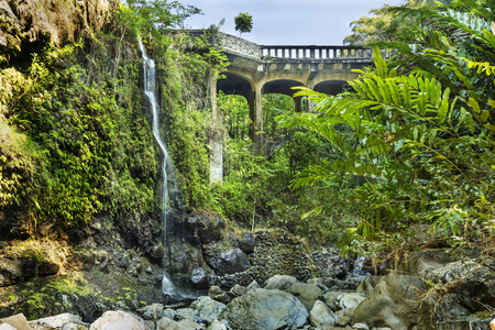 ハワイのマウイ島の上 Waikuni 滝近くワイルア ヌイ ストリーム全体ハナハイウェイ Brigde。 写真素材
