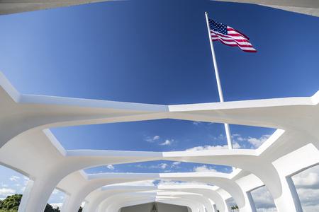 ハワイ オアフ島の真珠湾で戦艦アリゾナ記念館内から見たアメリカの国旗。