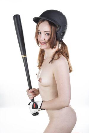 jeune femme nue: Mignon Rouge dirigé modèle nu au bâton dans le baseball isolé sur blanc.
