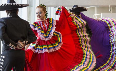 ave fenix: Phoenix, Arizona - 06 de julio 2014: Bailarines tradicionales no identificados en una exposición pública en el Phoenix Burton Barr Central Public Library en honor del cumpleaños de Frida Kahlo. Los bailarines usan maquillaje para mejorar sus cejas como un homenaje a Kahlo. Editorial