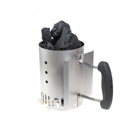 holzbriketts: Holzkohlen-Kamin-Starter beladen mit nat�rlichen Klumpen Kohle f�r BBQ Grills.