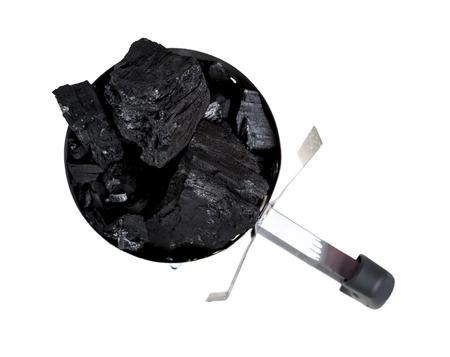 holzbriketts: Holzkohlen-Kamin-Starter beladen mit natürlichen Klumpen Kohle für BBQ Grills.