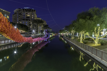 Greate Arizona Canal in the Scottsdale Waterfront District decorated for Christmas. 免版税图像