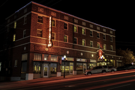Historic Hassayampa Inn, which is said to be haunted, in Prescott Arizona photographed at night. 版權商用圖片