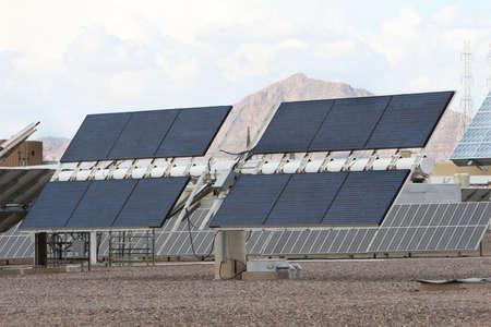 pollution air: Los paneles solares en frente de monta�as en el desierto de Arizona. Bueno para las cuestiones sobre el poder, la contaminaci�n del aire, el calentamiento global, etc