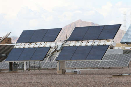 Solar panels in front of desert mountains in Arizona. Good for issues about power, air pollution, global warming, etc. Stockfoto
