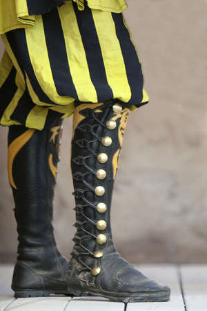 pomp: Medieval style high lace up boots