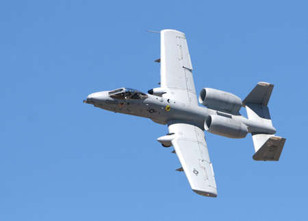 A-10 Thunderbolt Warthog dips it's wing to execute a turn Stockfoto