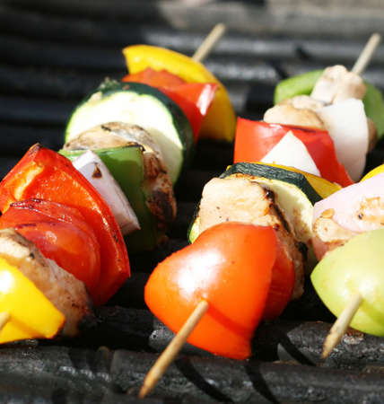 Grilling kabobs during a summer picnic at the park Stockfoto