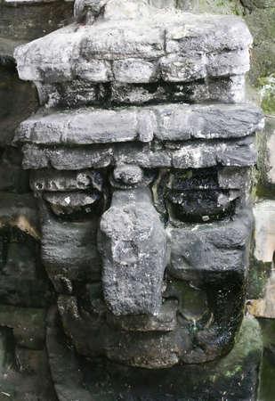 cultura maya: Esta gran piedra m�scara a Tikal en Am�rica Central representa el principio de aves deidad en la cultura maya