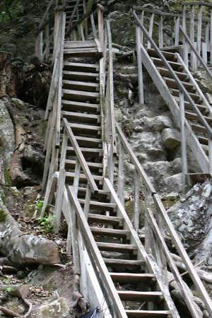 Steile trappen beklimming van de zijden van een oude Maya tempel in Tikal, Guatemala