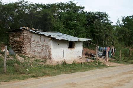 america centrale: Tipica casa di fango con tetto in metallo trovato nelle zone rurali America centrale