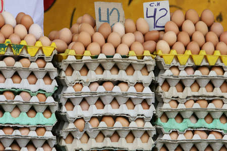 야외 시장에서 판매를위한 신선한 닭고기 계란의 스택 스톡 콘텐츠