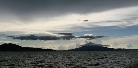encrespado: Un volc�n telares en la parte posterior del Lago de Nicaragua se oyen en Am�rica Central. Un hermoso Cloudscape