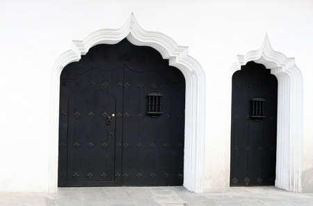De reus deuren van Antigua Guatemala leiden naar verborgen werelden van winkels, binnenplaatsen en huizen. Stockfoto - 2368627
