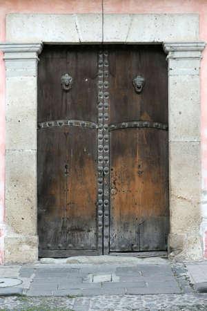Giant houten deuren leiden naar een verborgen wereld in Antigua, Guatemala