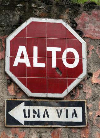 Een betegelde stoppen ondertekenen in Antigua, Guatemala