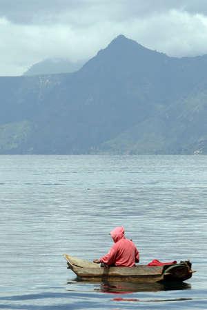 Een lokale visser op het meer in Guatemala