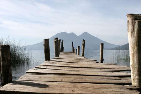 Een dok met uitzicht op de vulkanen van het meer Atitlan Stockfoto - 2368769