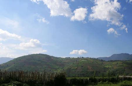 Grote heuvels die worden gebruikt voor de landbouw in Midden-Amerika