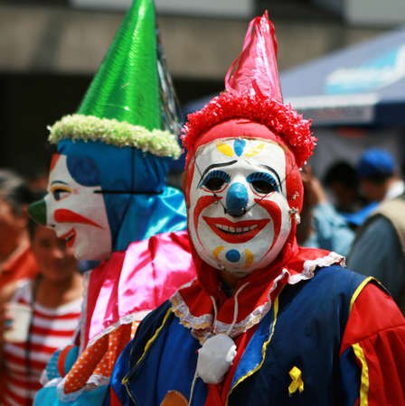 Clowns entertain the crowds at a street festival in Quito, Eduador Stockfoto