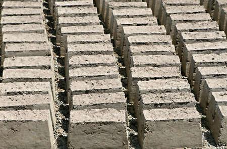 Mud bricks drogen onder de hete woestijn zon in Peru  Stockfoto