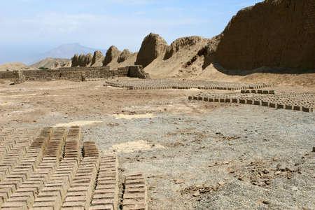 Modder en zand bak stenen zijn drogen in de woestijn van Peru