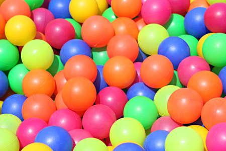 foso: Bolas de colores de cerca. Ellos son divertidos para jugar en para todas las edades!