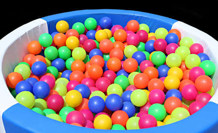 foso: Una piscina de pelotas en la playa para jugar Foto de archivo