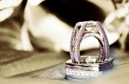 Diamond beau mariage anneaux sur un tissu Banque d'images - 8840427