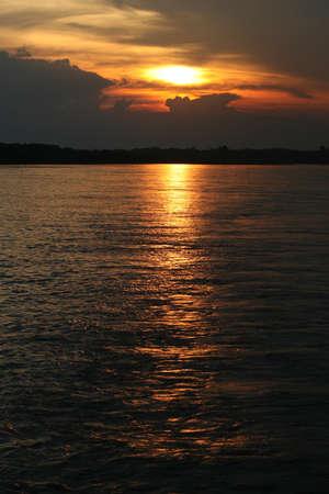 rio amazonas: El sol se pone sobre el r�o Amazonas en el Per�