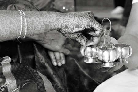Een bruid en haar familie nemen deel aan een pre-bruiloft