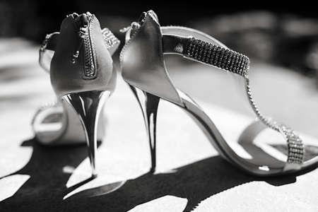 tacones: La novia zapatos hermosos del d�a de boda