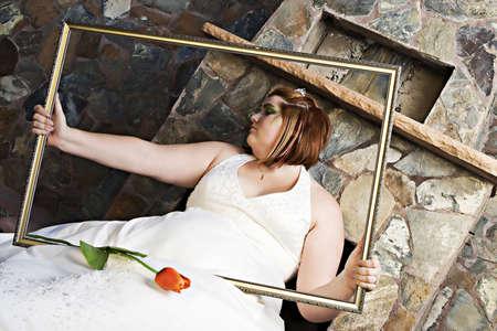 Una bella pi? dimensioni sposa con l'occhio verde make-up in posa nel suo abito da sposa Archivio Fotografico - 17244769