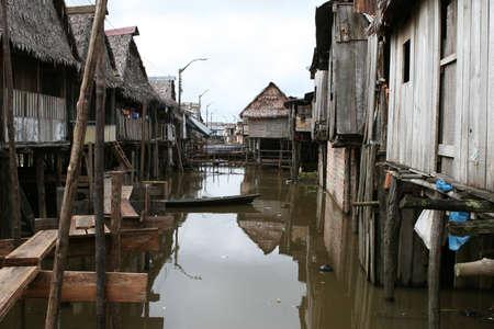 rio amazonas: Las casas sobre pilotes elevarse por encima del agua contaminada en Belen, Iquitos, Perú. Miles de personas viven aquí en la extrema pobreza, sin agua potable ni servicios sanitarios. Foto de archivo