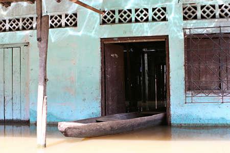 rio amazonas: Inundado edificios en las aguas contaminadas de Belen, Iquitos, Perú. Miles de personas viven aquí en la extrema pobreza, sin agua potable ni servicios sanitarios. Foto de archivo