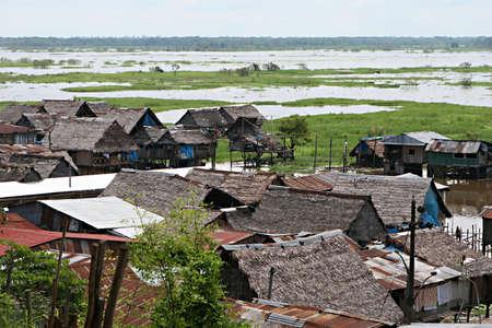 zancos: Casas en los zancos se elevan por encima del agua contaminada en Belen, Iquitos, Per�. Miles de personas viven aqu� en la extrema pobreza, sin agua potable ni saneamiento. Foto de archivo