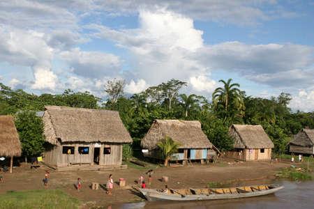 rio amazonas: Un pueblo ind�gena de la cuenca del r�o Amazonas cerca de Iquitos, Per�