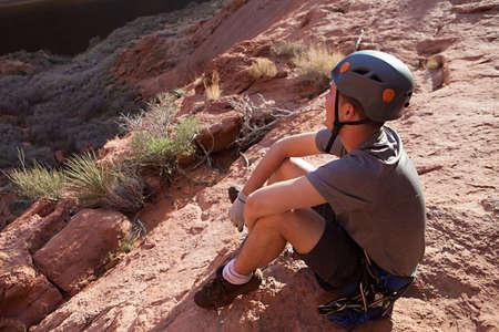 abseilen: Eine Canyoning sitzt und genie�t den Blick auf den Colorado River in Arizona, USA