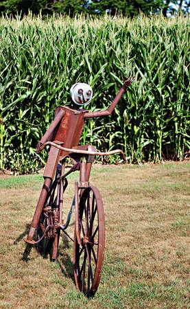 metal sculpture: Una scultura di metallo di una bicicletta e cavaliere onde passerbys Archivio Fotografico
