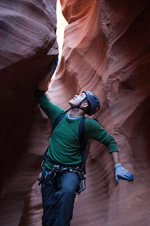 abseilen: Ein junger Mann, erforscht eine technische Slot Canyon im Norden von Arizona, USA