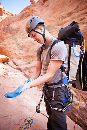 abseilen: Ein junger Mann, bereitet sich in eine technische Schlucht im Norden von Arizona, USA abseilen