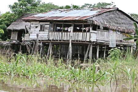 zancos: Casas en los zancos se elevan por encima de la cuenca del r�o Amazonas, cerca de Iquitos, Per�