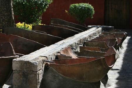 Lavandería al aire libre en el Monasterio de Santa Catalina, Arequipa, Perú. Un canal de piedra envía el agua para lavar bañeras hechas de ánforas de división