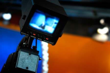 correspondent: Video camera viewfinder - recording in TV studio - Talking To The Camera    Stock Photo