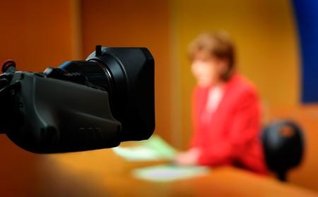 sucher: Aufnahme im TV-Studio - Sprecher im Gespr�ch mit dem Kamera -