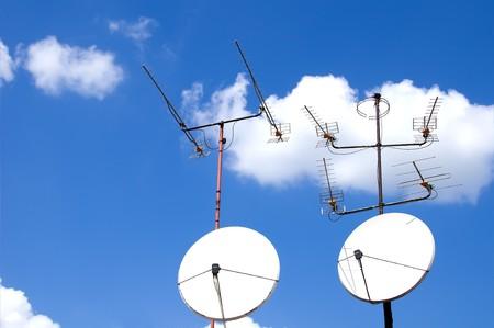 satelite: Antena en el cielo azul de fondo